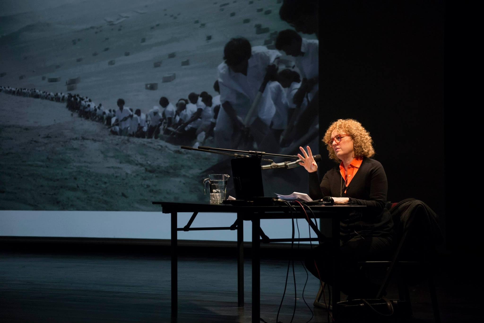 potkanie zCarolyn Christov-Bakargiev 24 stycznia 2015, Laboratorium CSW, ekran nadrugim planie zdjęcia: Francis Alÿs, When Faith Moves Mountains, Lima, Peru 2002 , fot.Bartosz Górka