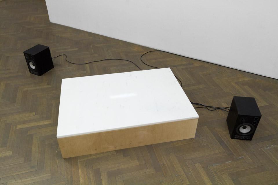 Mateusz Choróbski, Postument, obiekt, sklejka, marmur, 25 x 110 x 78 cm, 2015