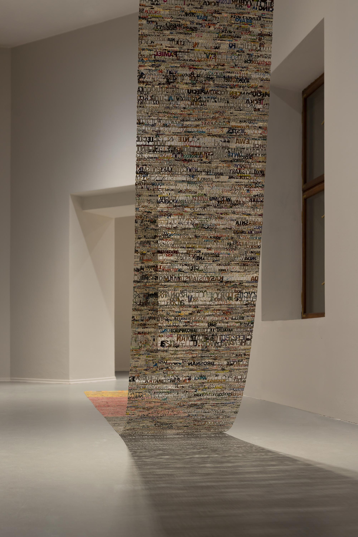 Katarzyna Józefowicz, posłowie, 2008-2010, technika własna, papier gazetowy, klej, 70 x 900 cm, dzięki uprzejmości Muzeum Narodowego wGdańsku