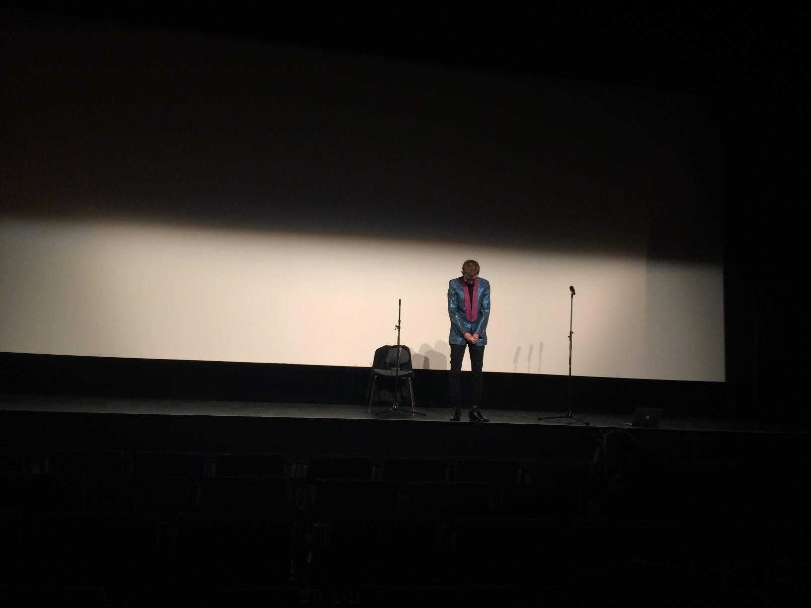 Projekcja Performera została poprzedzona performansem Oskara Dawickiego