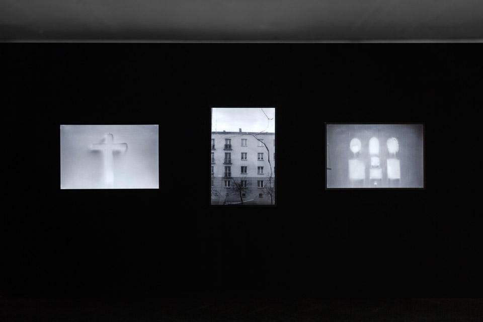 Konrad Kuzyszyn, Dom 1, Dom 2, Dom 3, zserii Milczące Komunikaty, fotografia lightbox 2010/2015