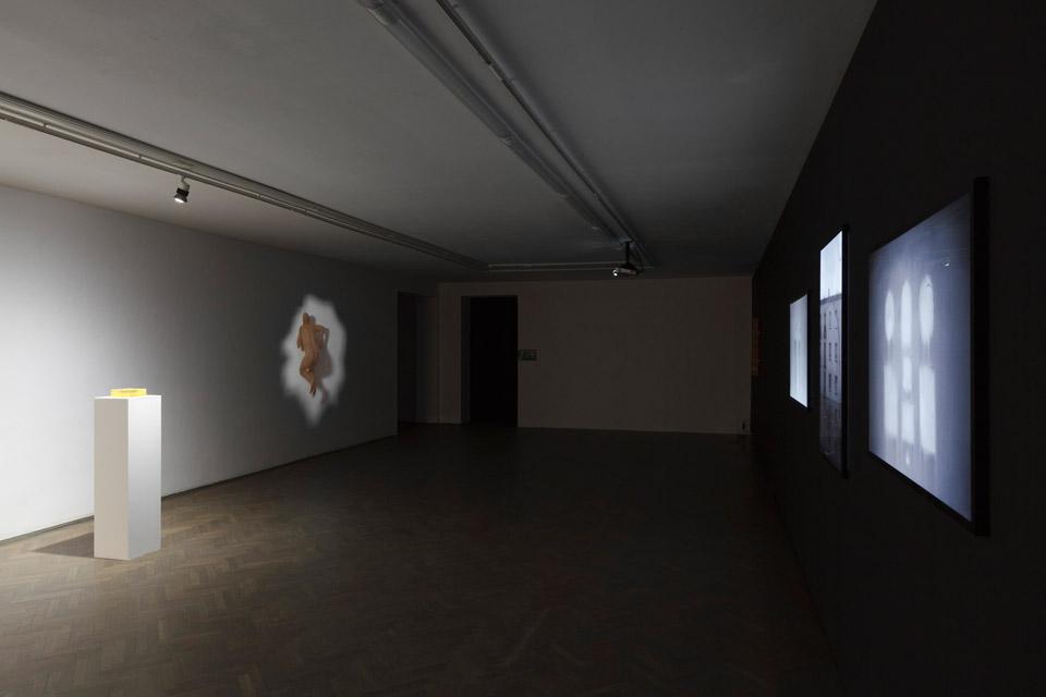 Konrad Kuzyszyn, STĄD/WSTECZ, widok wystawy