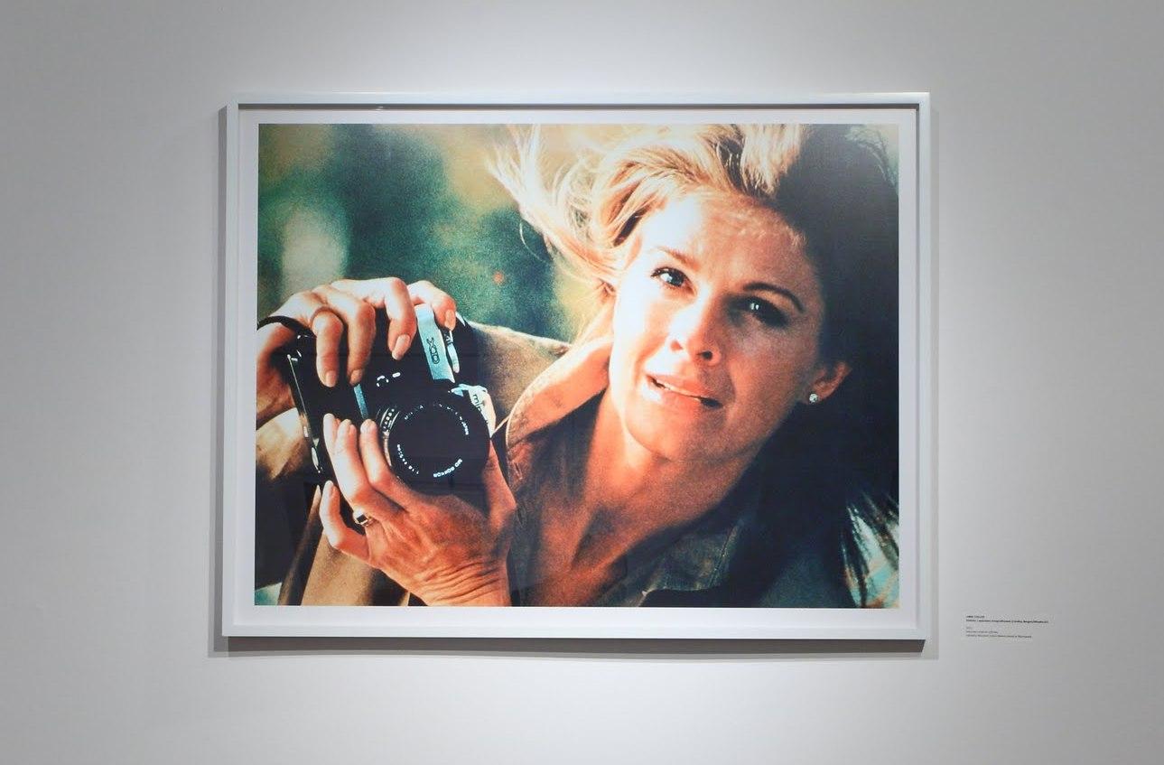 Anne Collier, Kobieta zaparatem fotograficznym (Candice Bergen/Minolta #1), 2011, kolorowy wydruk cyfrowy, zkolekcji Muzeum Sztuki Nowoczesnej wWarszawie