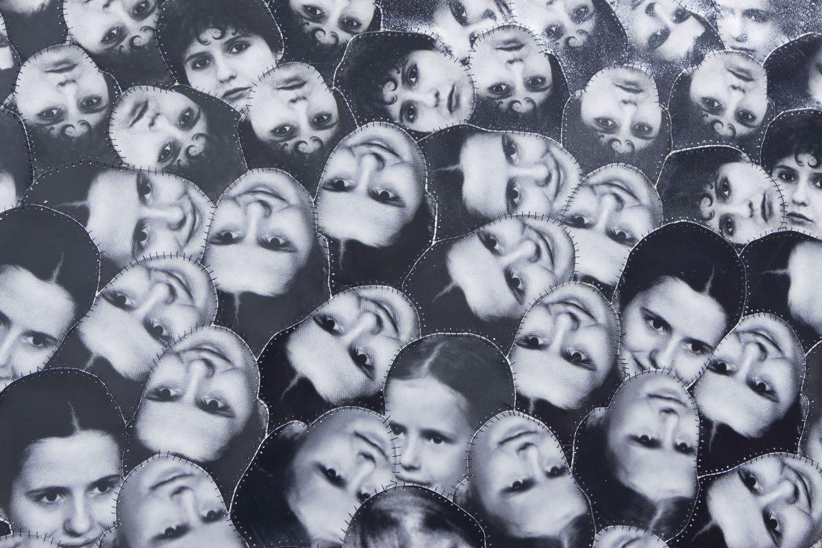 """Irena Nawrot, """"Autoportret wielokrotny"""", 2012, fotografie czarno-białe, nić krawiecka, średnica 210 cm, fragment"""
