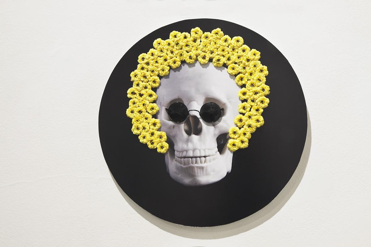 """Irena Nawrot, zcyklu """"Portrety trumienne"""", 2013, fotografie czarno-białe, sztuczna biżuteria, sztuczne kwiaty"""