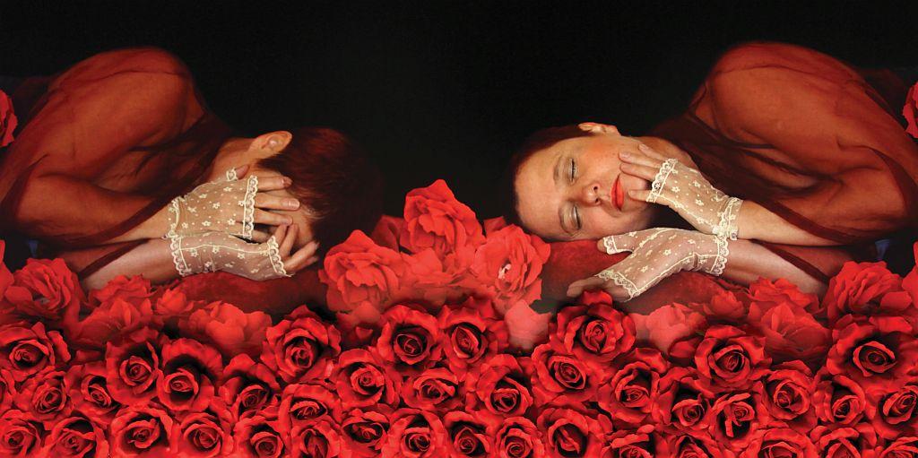 """Irena Nawrot, """"Autoportret wczerwieniach I"""", 2012, fotografia barwna, cyfrowa, sztuczne kwiaty, 70x140 cm (fragment)"""