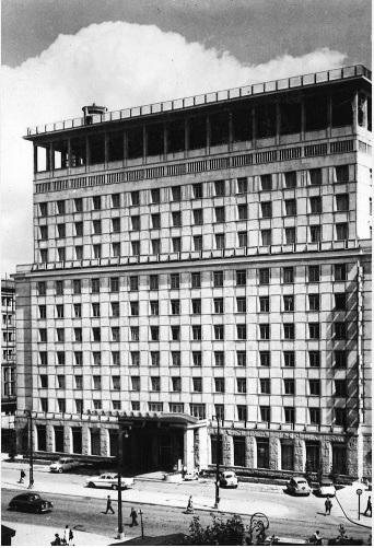 """Grand Hotel, perspektywa ul.Kruczej wkierunku północnym, fot.Alfred Funkiewicz / """"Architektura"""" 1959, nr8"""