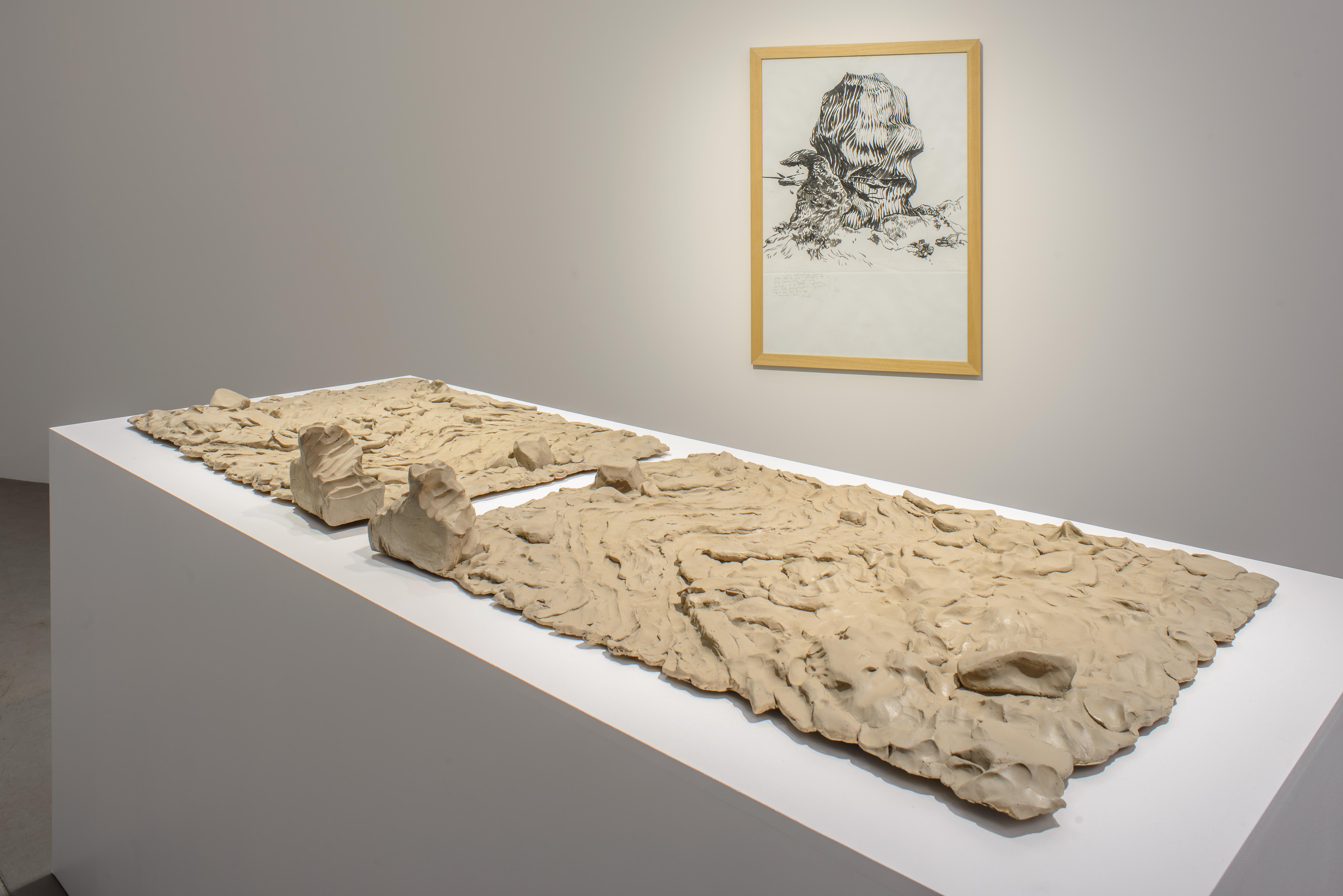 Na pierwszym planie: Olaf Brzeski, beztytułu, 2015; wtle: Olaf Brzeski, Monumentalność, 2008