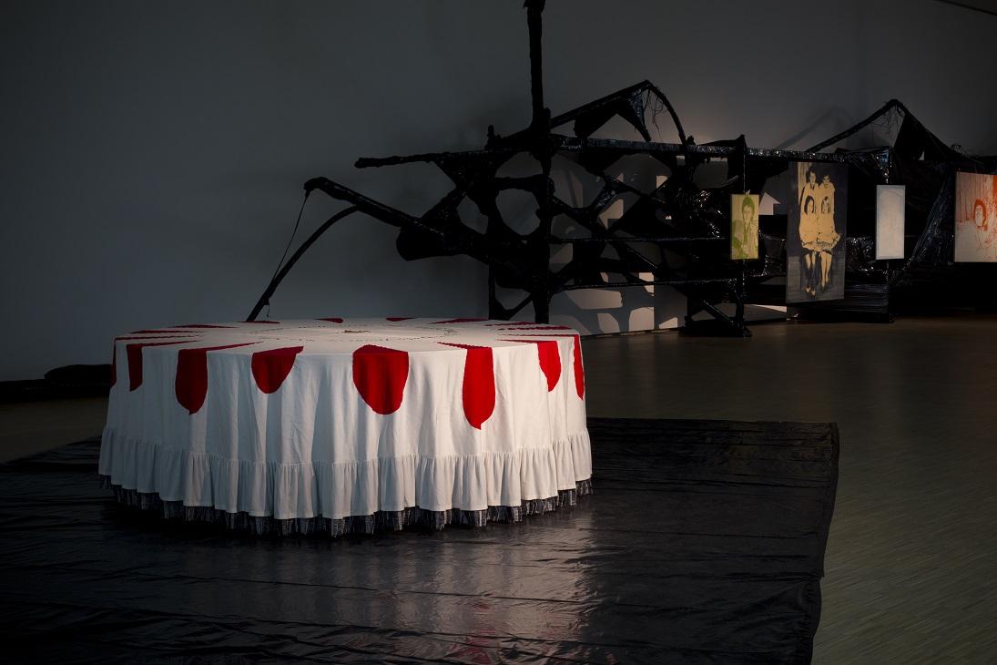 Magda Fabiańczyk, Tam gdzie mnie niebyło, wtle: Bartek Materka, Beztytułu, PROJEKT METROPOLIS - wystawa finałowa, Muzeum Śląskie wKatowicach, scenografia Łukasz Błażejewski