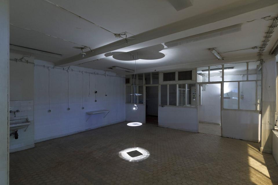 Attila Csörgő, Kwadratura koła, 2014 lustro aluminiowe 3D, lampa, koło zplexi