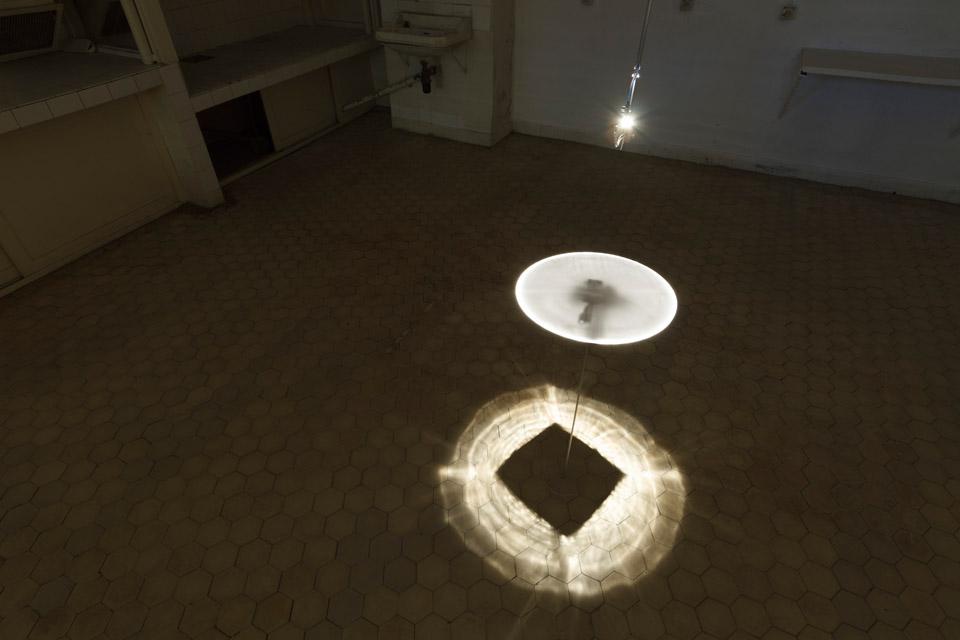 Attila Csörgő Kwadratura koła, 2014 lustro aluminiowe 3D, lampa, koło zplexi