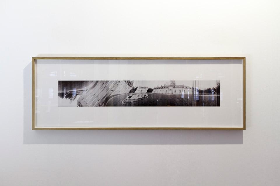 Attila Csörgő, Möbius Space, 2006, folia transparentna, czarno-biały wydruk fotograficzny, stół podświetlany