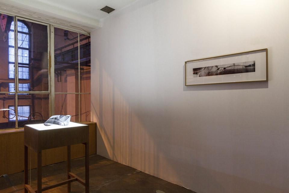 Attila Csörgő Möbius Space, 2006, folia transparentna, czarno-biały wydruk fotograficzny, stół podświetlany