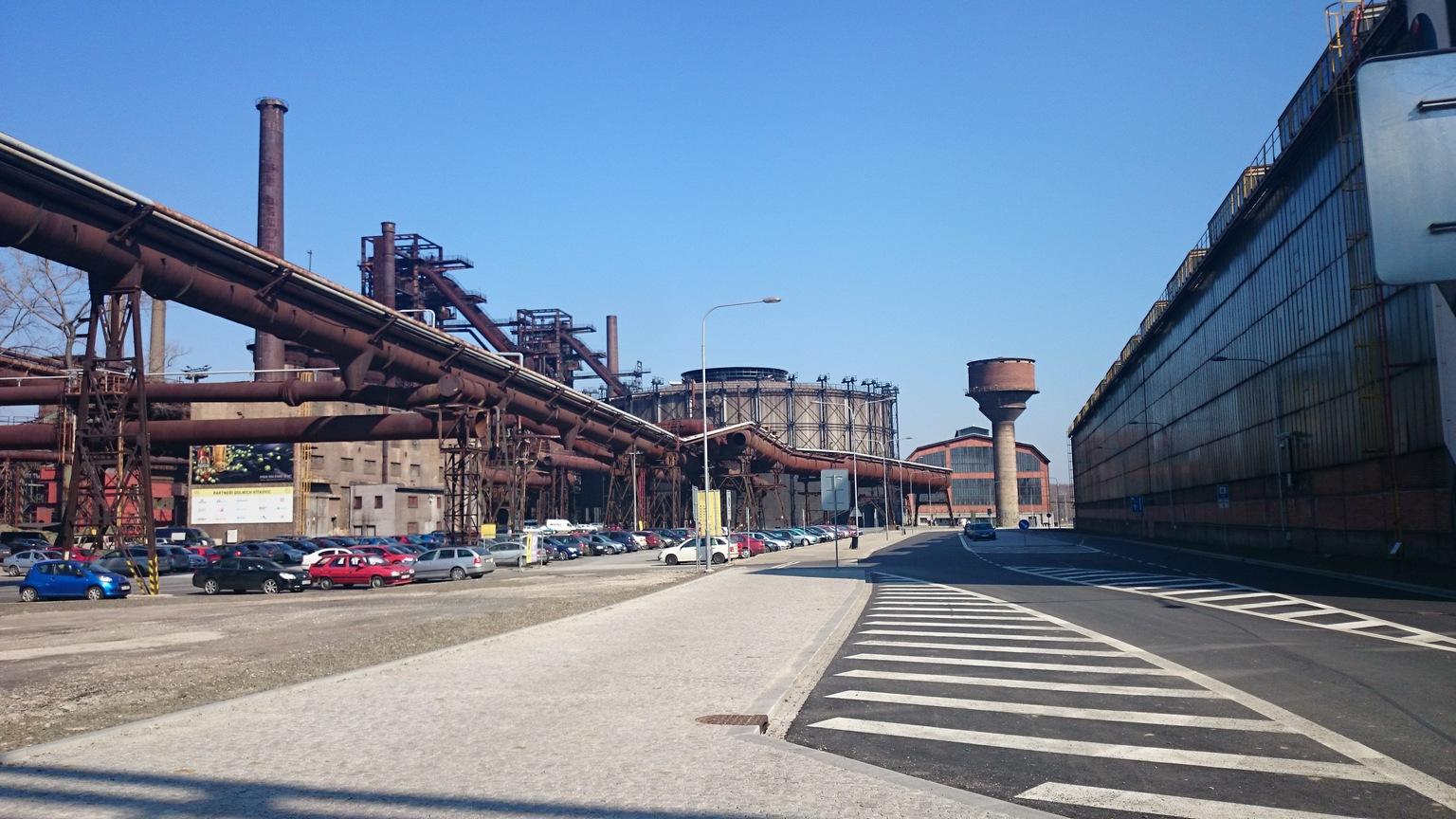 Park przemysłowy wDolnych Vitkovicach, Ostrawa, wgłębi budynek Gongu, gdzie znajduje się Plato