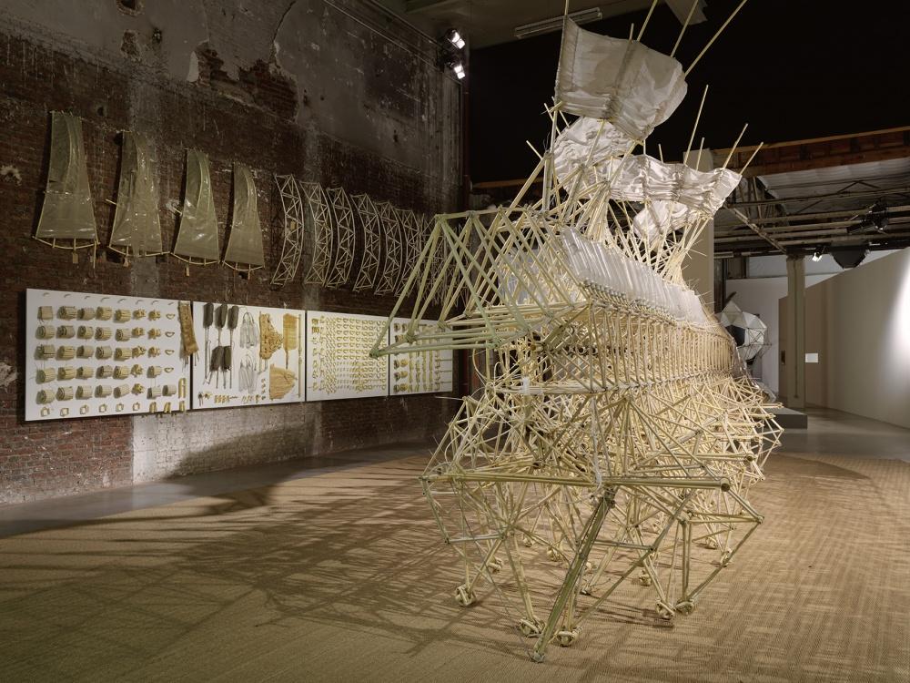 Widok wystawy Le Bord des Mondes, Palais de Tokyo, 2015. Photo : André Morin. Theo Jansen, Animaris Umerus, 2010. Courtesy de l'artiste. ADAGP, Paris 2015.