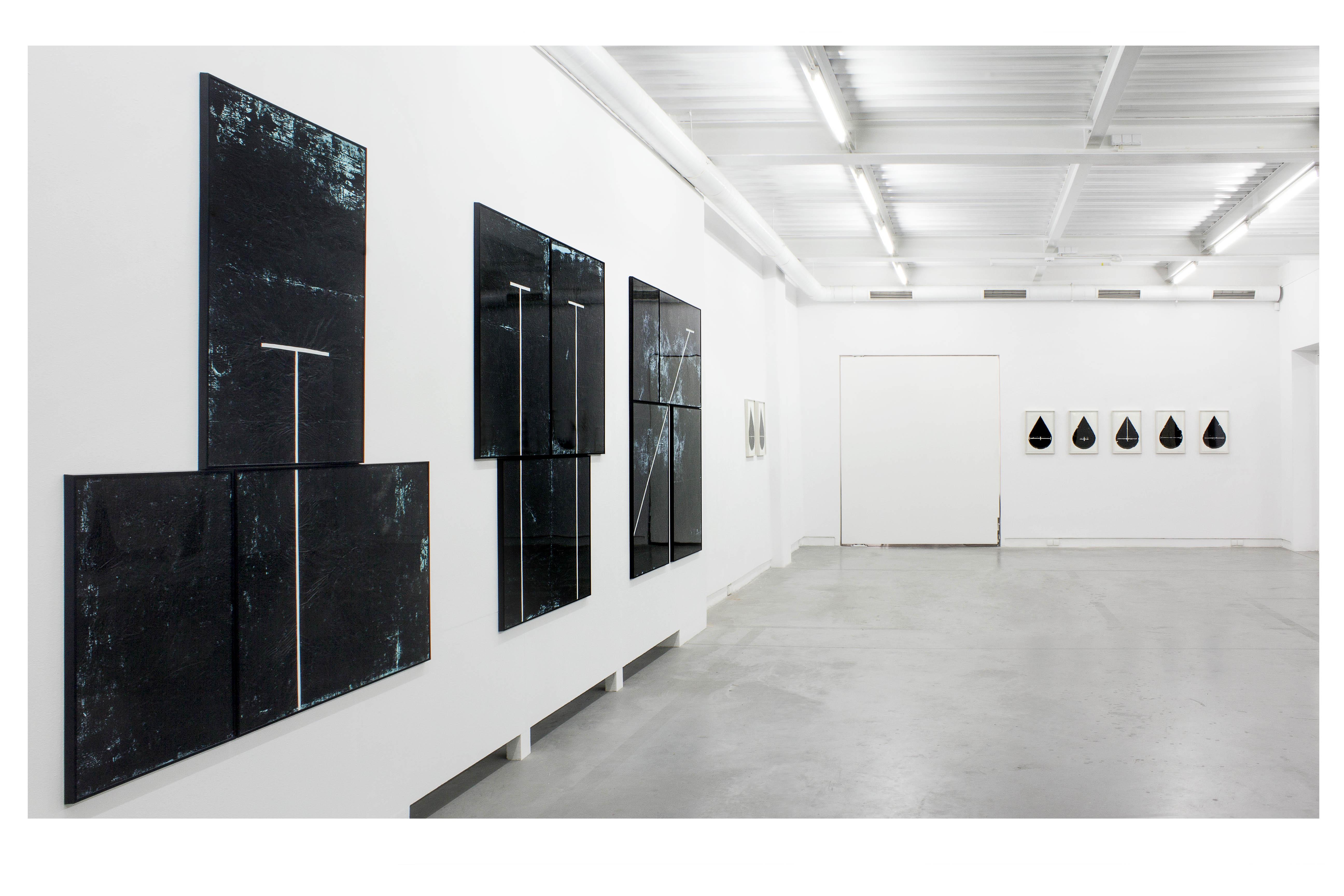 Grzegorz Waliczek: Forma, folia, akryl, widok wystawy