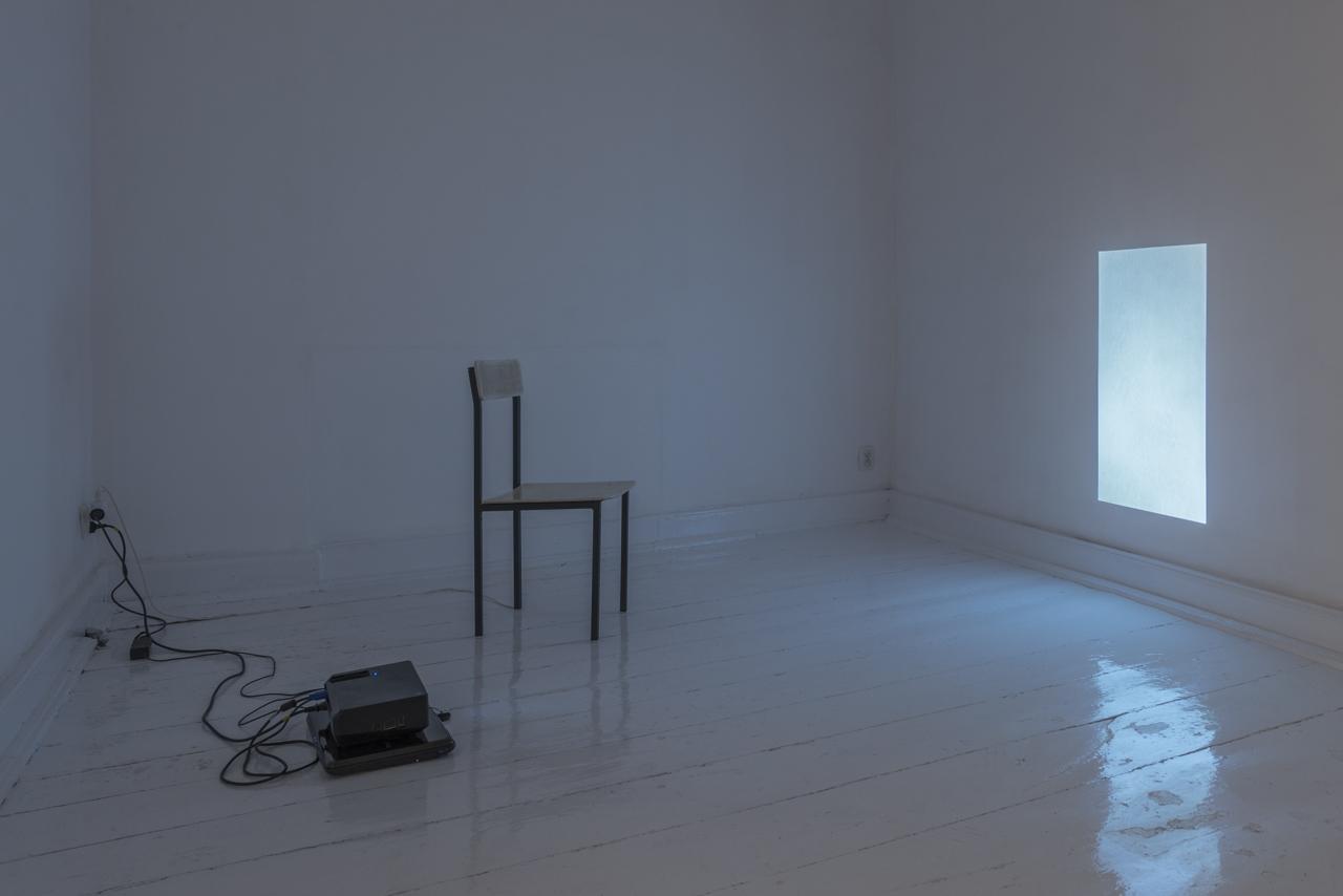 Natalia Wiśniewska, Ciepło, 2015, wideo loop,krzesło, kabel grzewczy