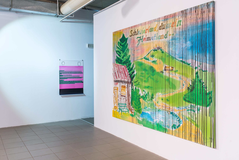 na pierwszym planie Jörg Herold_Schlesierland, du mein Heimatland, druk cyfrowy napłótnie, zużyciem bejcy iakrylu, 2014, wł. Galerii Eigen+Art Leipzig - Berlin - VG Bild-Kunst