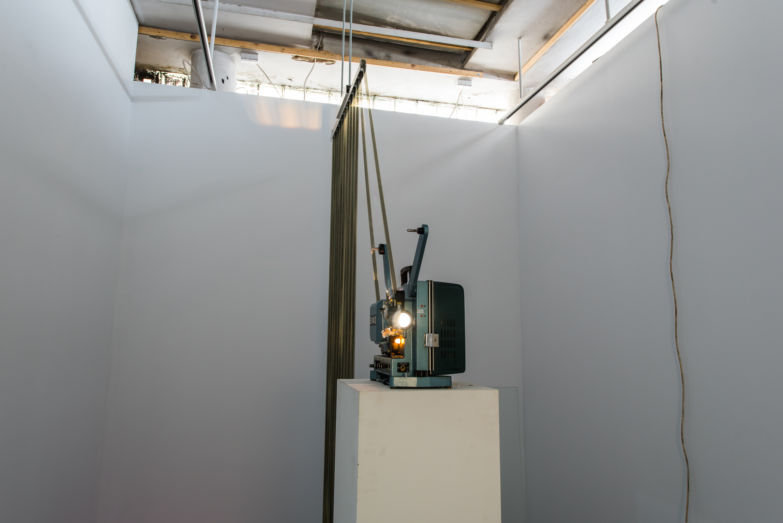 Wolfgang Plöger, Wszelkimi niezbędnymi środkami, 2013, instalacja filmowa, sitodruk naczystej taśmie filmowej, 16 mm, zmienne wymiary, wł. Galerii Konrad Fischer wBerlinie