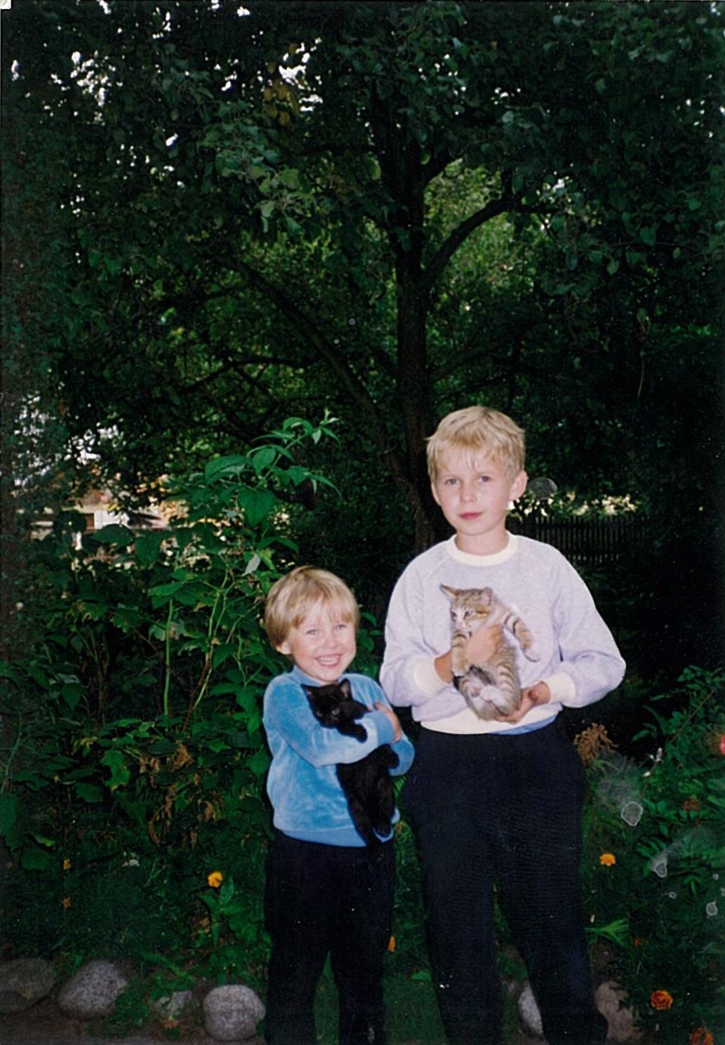 Ja imójbrat Tomek zukochanymi kotami-przyjaciółmi (Tomek trzyma Manię), 1993