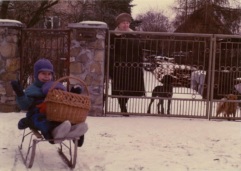 Na sankach zbratem Tomkiem, naprawo zabramą jeszcze żywy Felek, 1993
