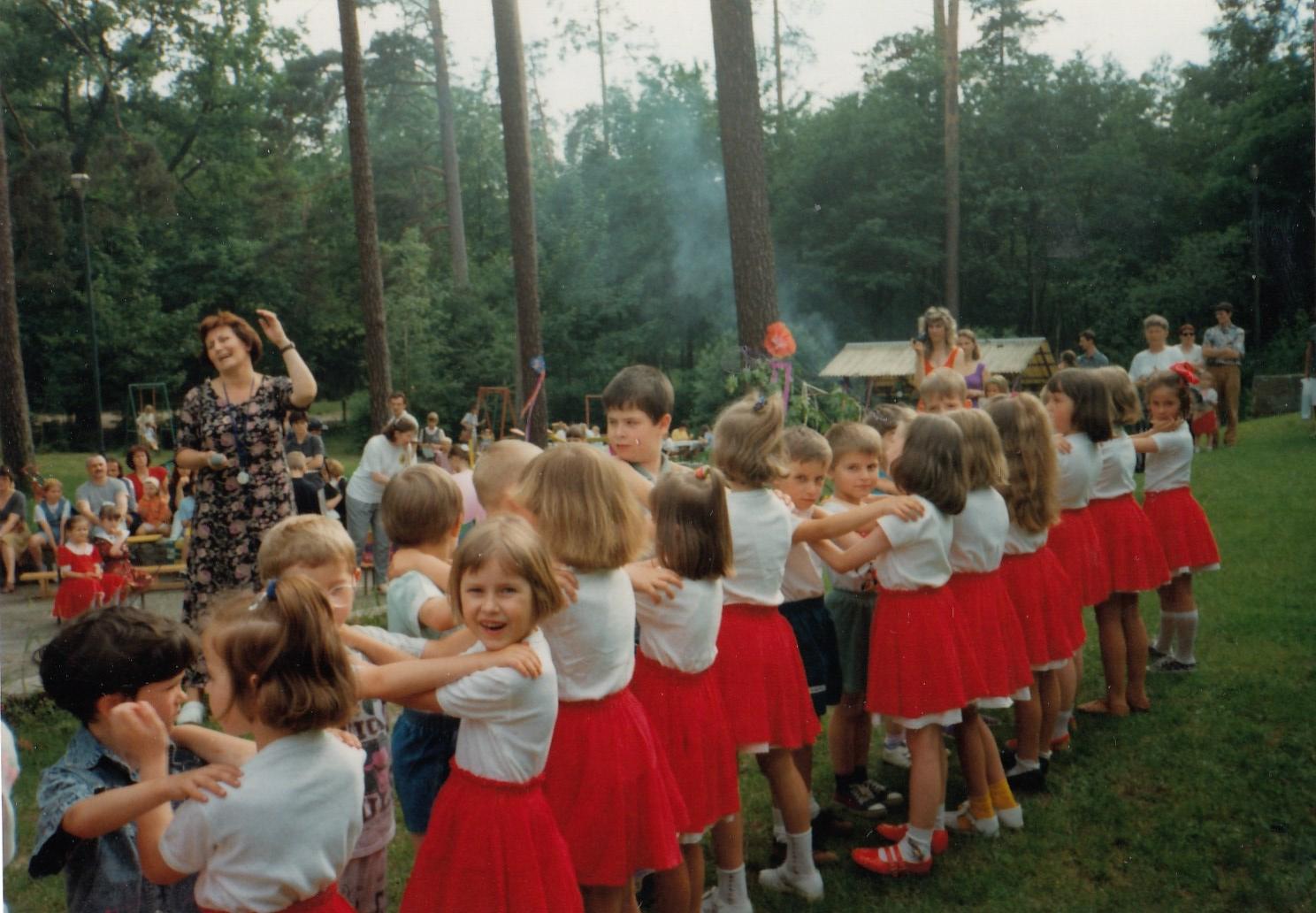 Jeden zprzedszkolnych tańców pokazowych kiermaszowo-festynowych, 1996