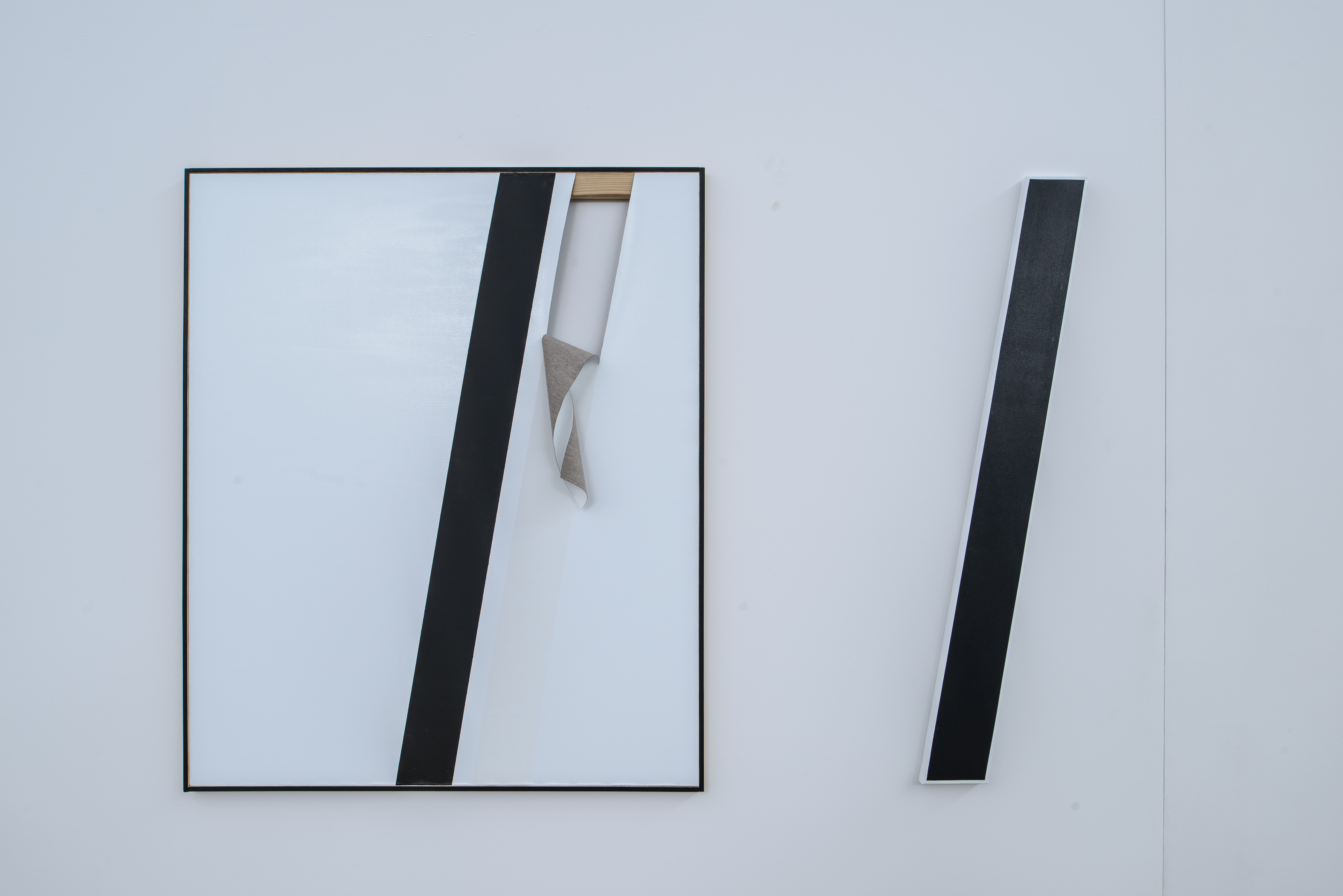 Alice Gaskon, prace z cyklu The Open Work, od lewej: Unfolded (white tear), Black line, 2014
