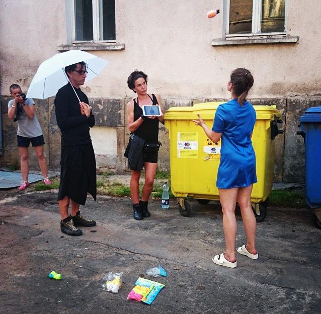 Justyna Łoś uczy się żonglować plastikowymi zabaweczkami. Sokołowsko, festiwal Konteksty