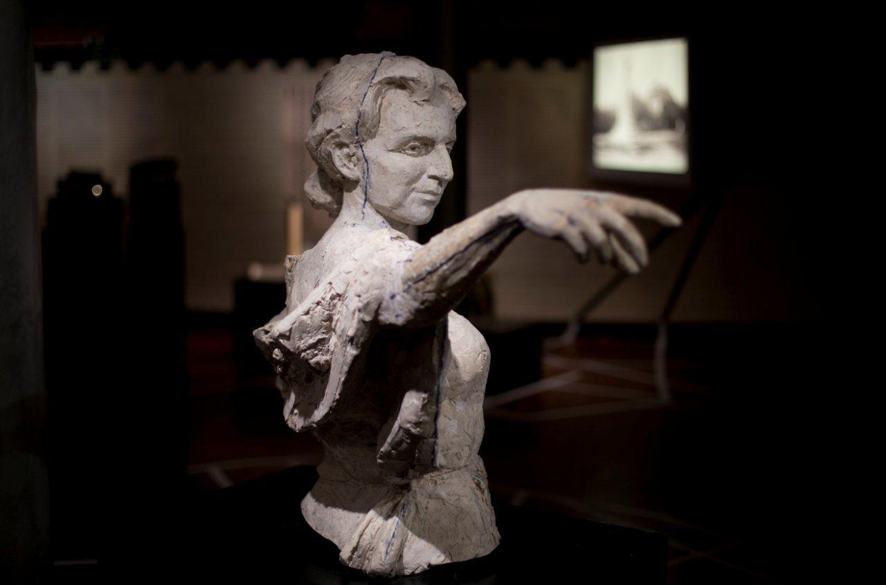Model rzeźby przedstawiającej Hannę Adamczewską-Wejchert autorstwa Tomasza Wenklara