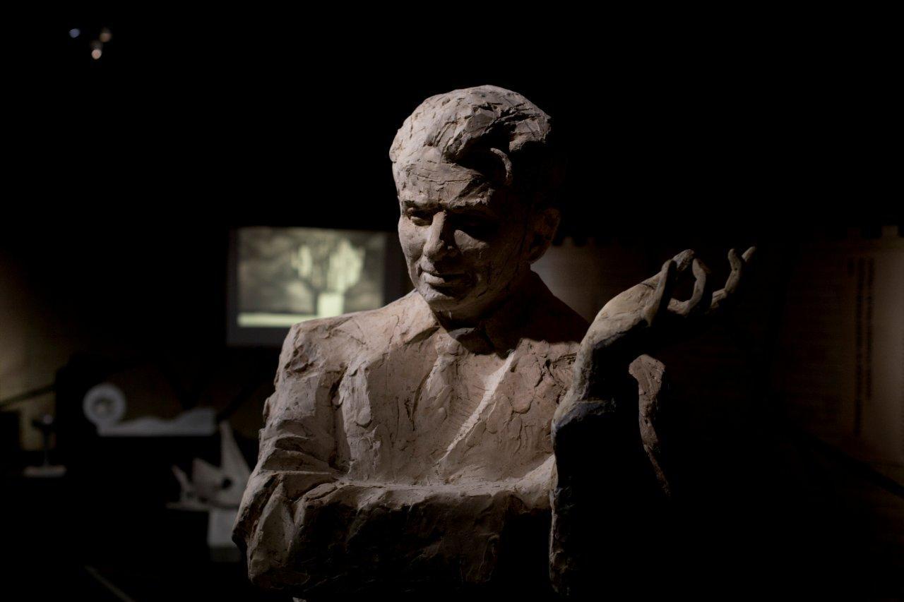Model rzeźby plenerowej przedstawiającej Kazimierza Wejcherta autorstwa Tomasza Wenklara