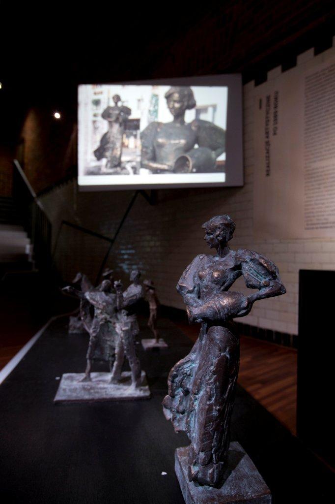 Na pierwszym planie Karolinka autorstwa Tomasza Wenklara. Naekranie fotografia rzeźby zrealizowanej wprzestrzeni miasta.