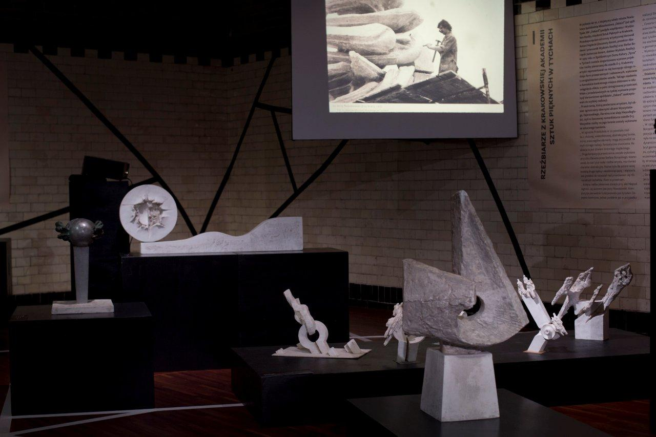 Część wystawy poświęcona projektom irealizacjom rzeźbiarzy zkrakowskiej Akademii Sztuk Pięknych wTychach
