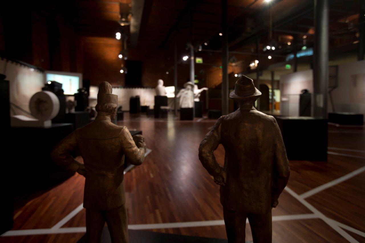 Widok naprzestrzeń wystawy zza projektów rzeźb plenerowych autorstwa Augustyna Dyrdy