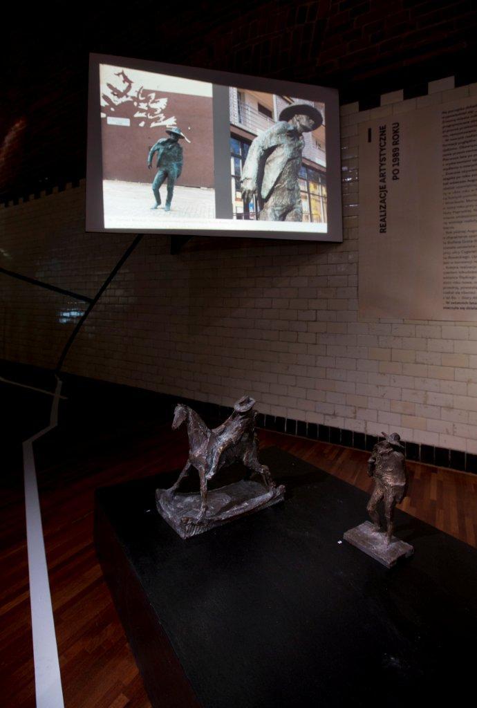 Projekty rzeźb przedstawiające Ryśka Riedla autorstwa Tomasza Wenklara. Naekranie projekt zrealizowany wprzestrzeni miasta