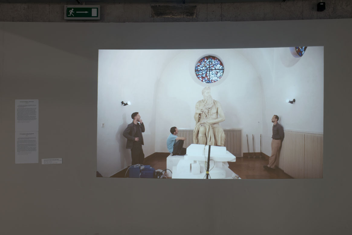 """Technica Schweiz (Gergely László & Péter Rákosi), """"Bożek wsparcia / der Götze der Vardrängung / the Idol of Denial"""", wideo / video, 2015, 22 min. Dzięki uprzejmości artystów"""