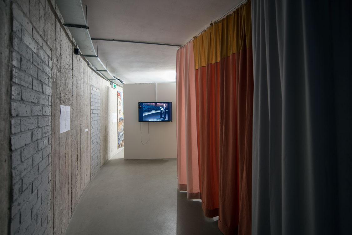 """Claire Waffel, Wewnętrzna kurtyna / Interior Curtain"""", instalacja / installation, 2013. Dzięki uprzejmości artystki. Wtle: Claire Waffel, """"Mowy / Die Rede"""", wideo / video, 2013, 17 min. Dzięki uprzejmości artystki"""
