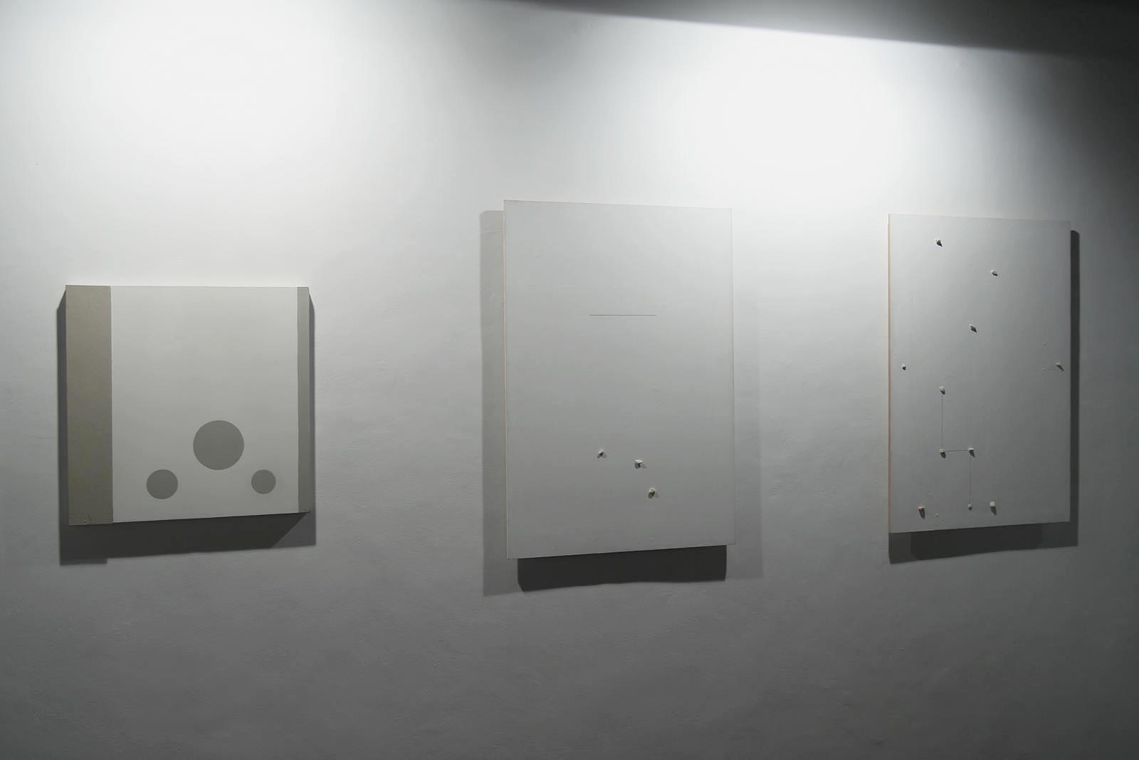 """Koji Kamoji, pierwszy odlewej obraz zcyklu """"Szablony inieskończoność"""", kolejne dwa duże zcyklu """"Białe obrazy zkamyczkami"""", 2013"""