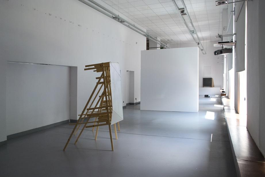 Judith Röder, Projekcja III, 2011 szkło, drewno, projekcja wideo