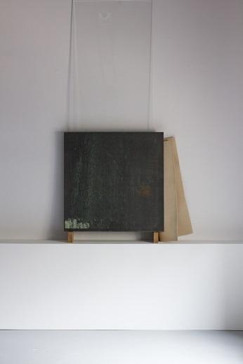 Judith Röder, Projeckj IV, 2015, szkło, projekcja wido, stal, włókno sztuczne, drewno