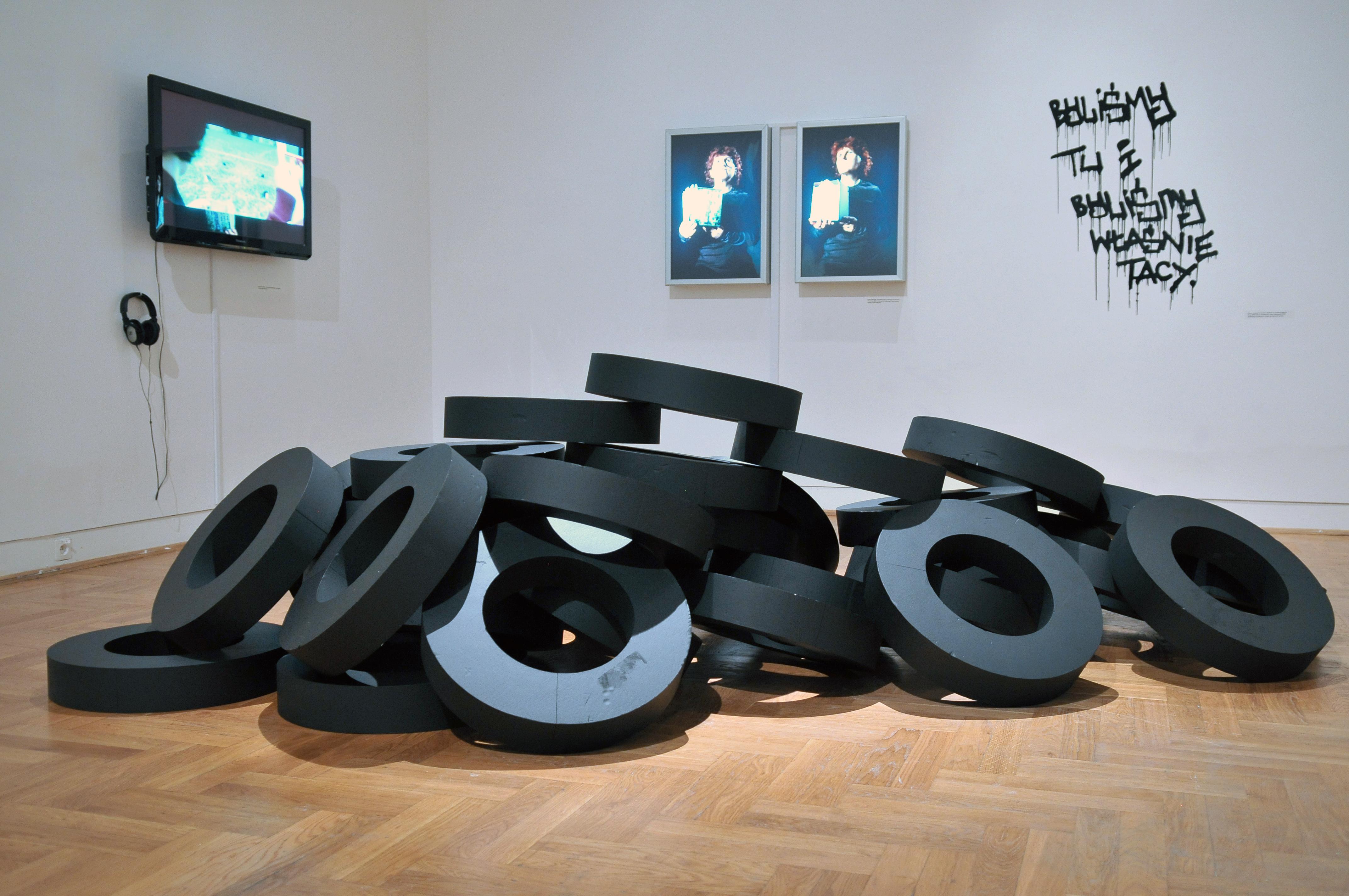 """Widok Sali nr7. Napierwszym planie: Krystian """"Truth"""" Czaplicki, Beztytułu (Zmęczenie), 2008, instalacja, kolekcja DTZSP"""