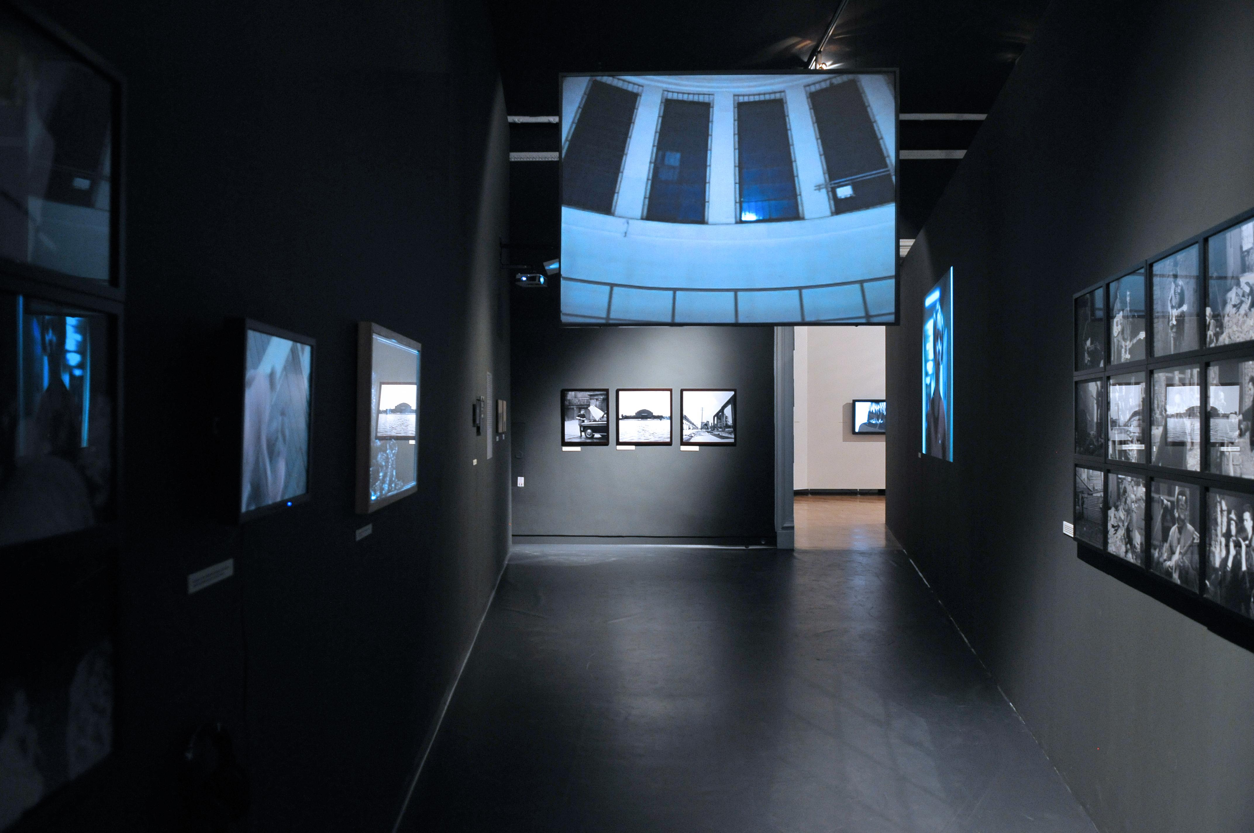 Widok Sali nr6. Napierwszym planie:  Karolina Freino, fotoplastykon/panoptykon, 2009, wideoinstalacja, kolekcja DTZSP