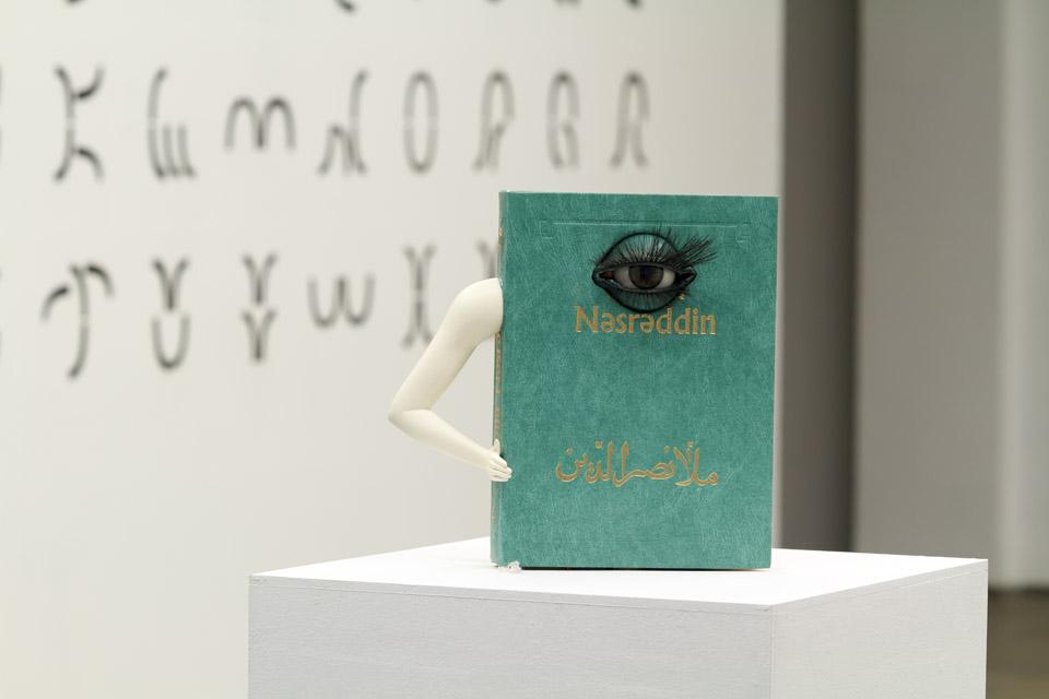 Slavs and Tatars Madame MMMorphologie / Madame MMMorfologia, 2013 książka, sztuczne oko, czujnik uruchamiający mechanizm mrugania, 60 x 100 x 60 cm