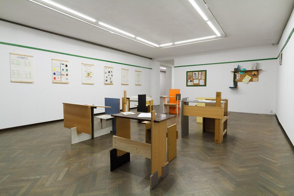 Ex-artists' collective (Anikó Lóránt / Tamás Kaszás) Shelter of hope (Esperanto classroom) / Schron nadziei (klasa esperanto), 2004 technika mieszana, instalacja