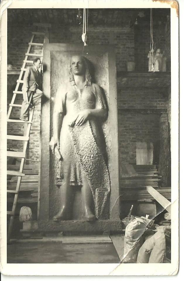 """Stefan Momot przy pracy nadrzeźbą """"Włókniarka"""" dla MDM, 1952 (zdjęcie dzięki uprzejmości Fundacji Sztuka Stosowana)"""