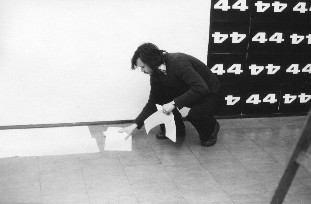 Piotr Piotrowski naotwarciu wystawy Z. Makarewicza, Galeria Akumulatory 2, kwiecień 1980