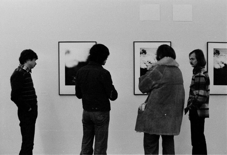 Piotr Piotrowski naotwarciu wystawy Johna Hilliarda, Galeria Akumulatory 2,  styczeń 1978