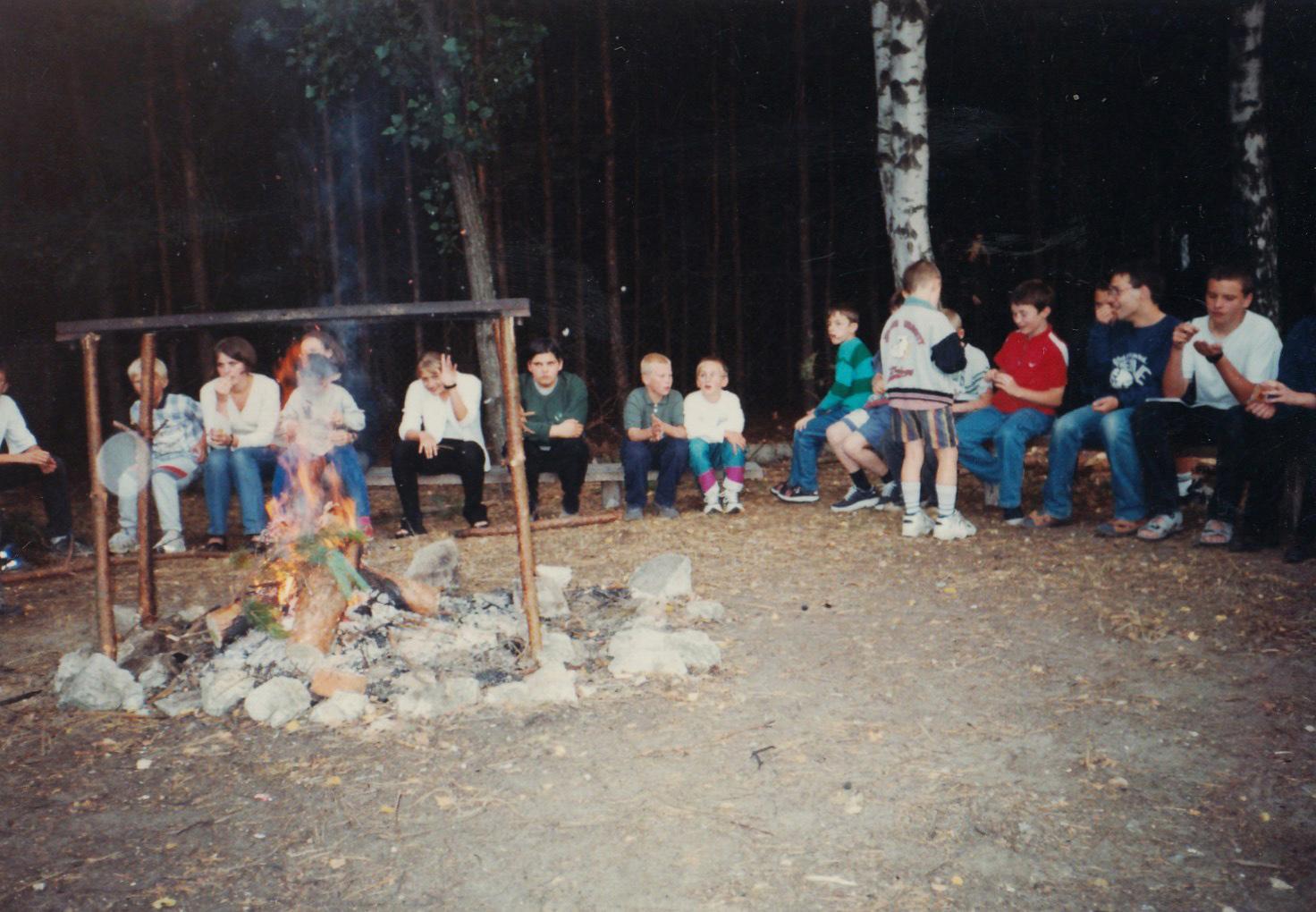Kręcenie kiełbas nadogniskiem wBystrem, 2003