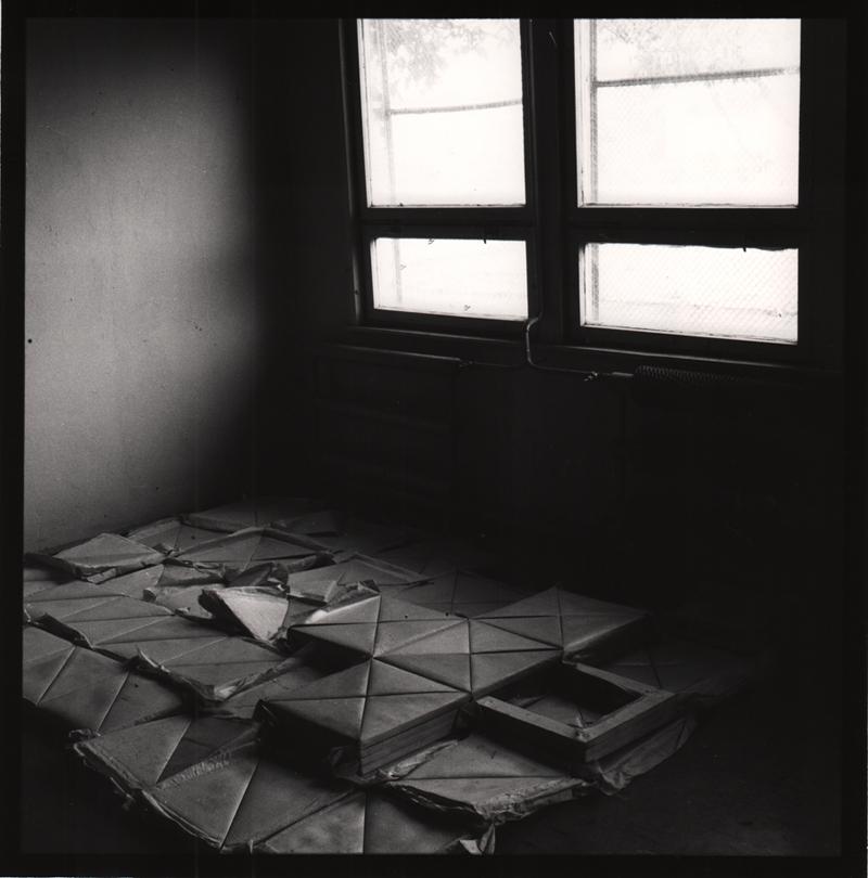 """Mikołaj Smoczyński, """"Double Object"""", 1983, 45 x 34cm, fotografia. Praca zwystawy """"Obiektów dla obrazu już niema"""", galeria Monopol, fot.dzięki uprzejmości galerii Monopol"""