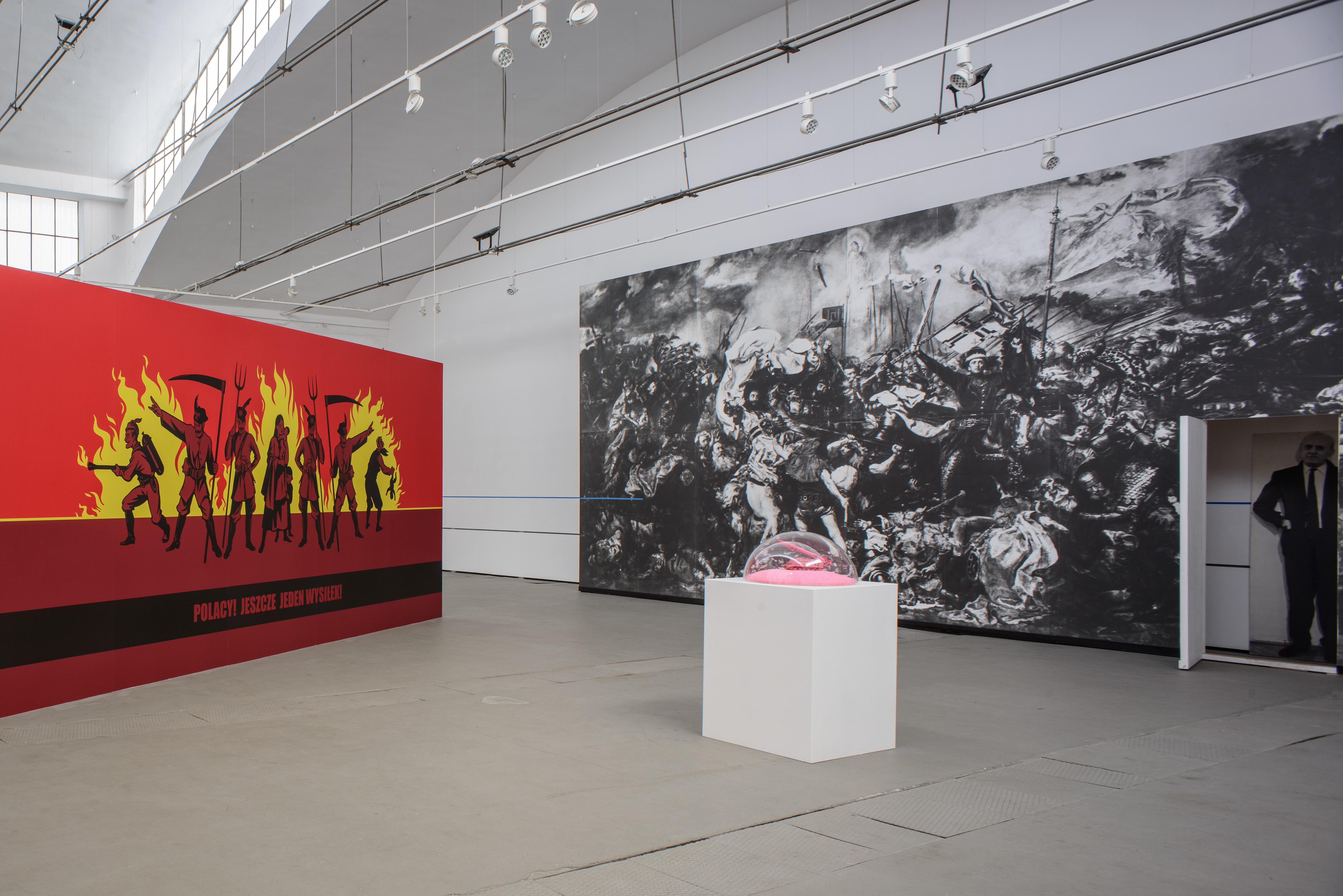 d lewej: Tomasz Kozak, Polacy! Jeszcze jeden wysiłek!, 2004; Edward Krasiński, Bitwa podGrunwaldem, 1997; Maurycy Gomulicki, PINK SCUD (Phallus necroicus) Barbie Holocaust (Pink Victory II), 2015