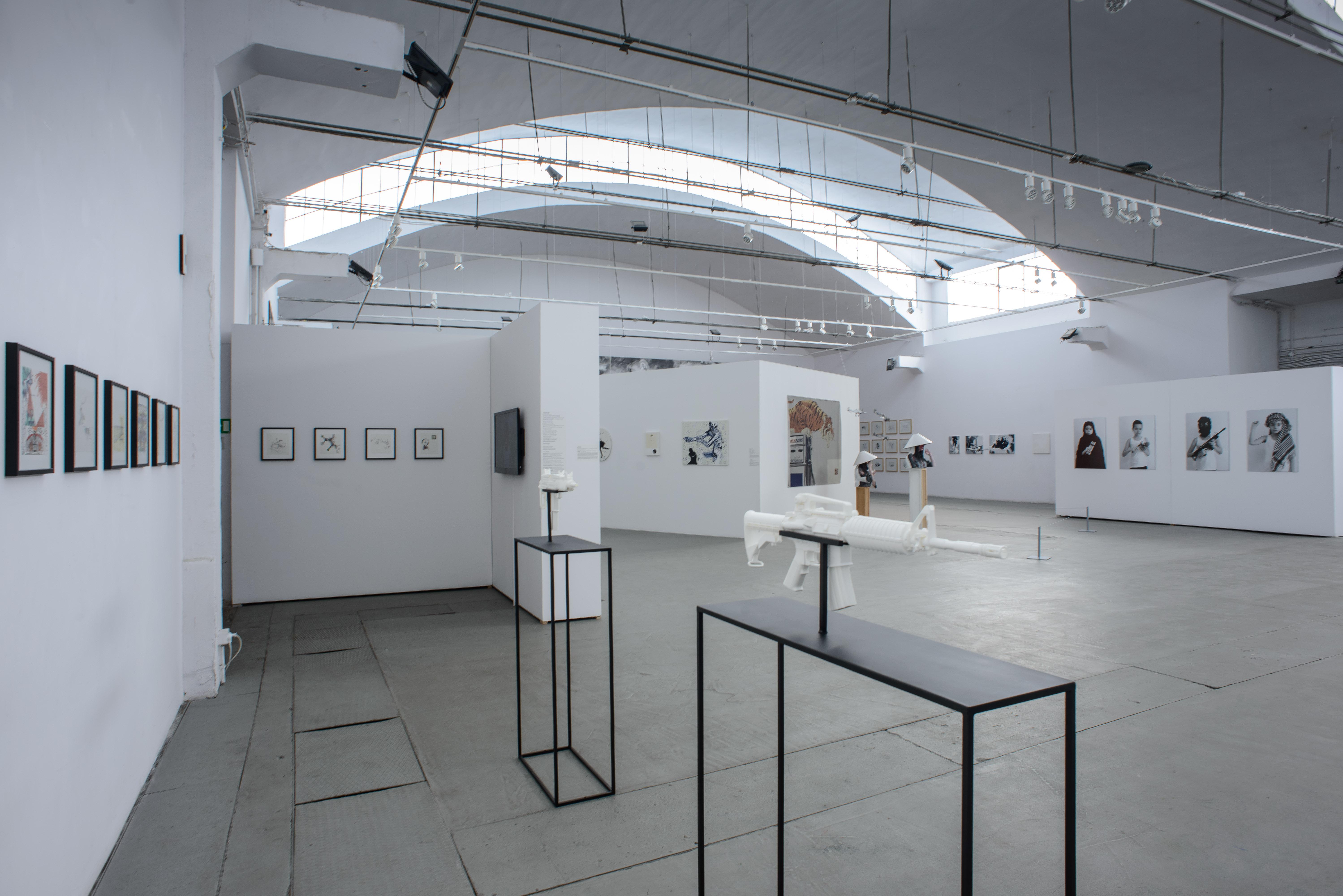 Na pierwszym planie: Joanna Rajkowska, obiekt zcyklu Painkillers, 2014